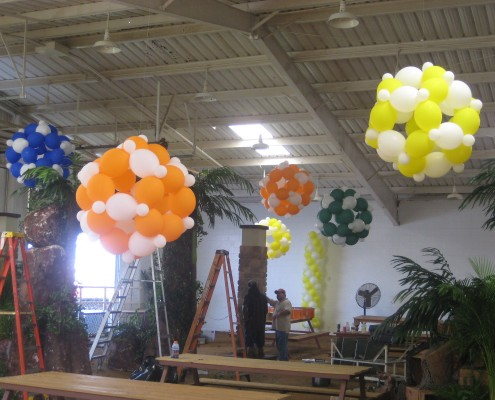 Giant balloons link o loon